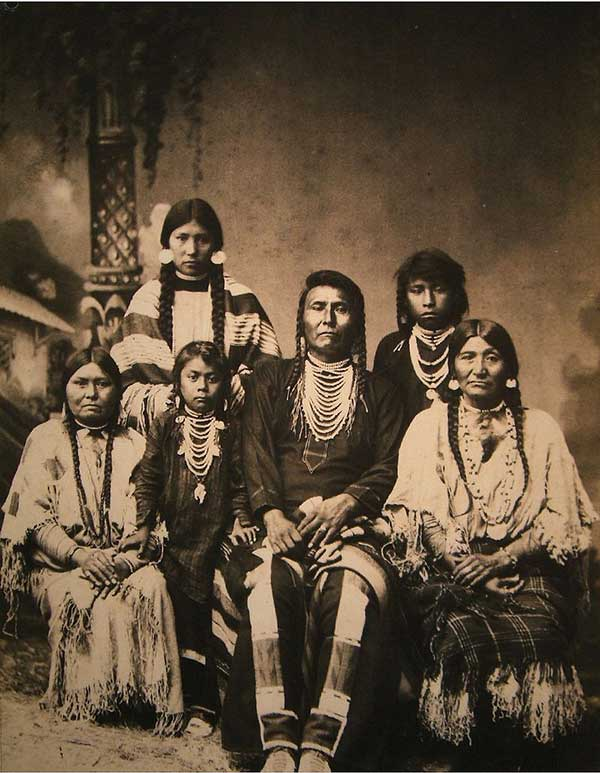 Chief_Joseph_and_family-a
